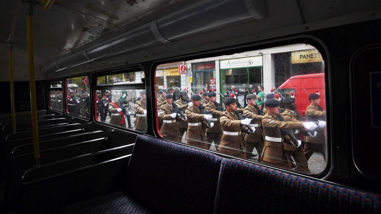 .Oficiales y soldados del regimiento de infantería del ejército británico marchan durante su 50 aniversario, en Londres