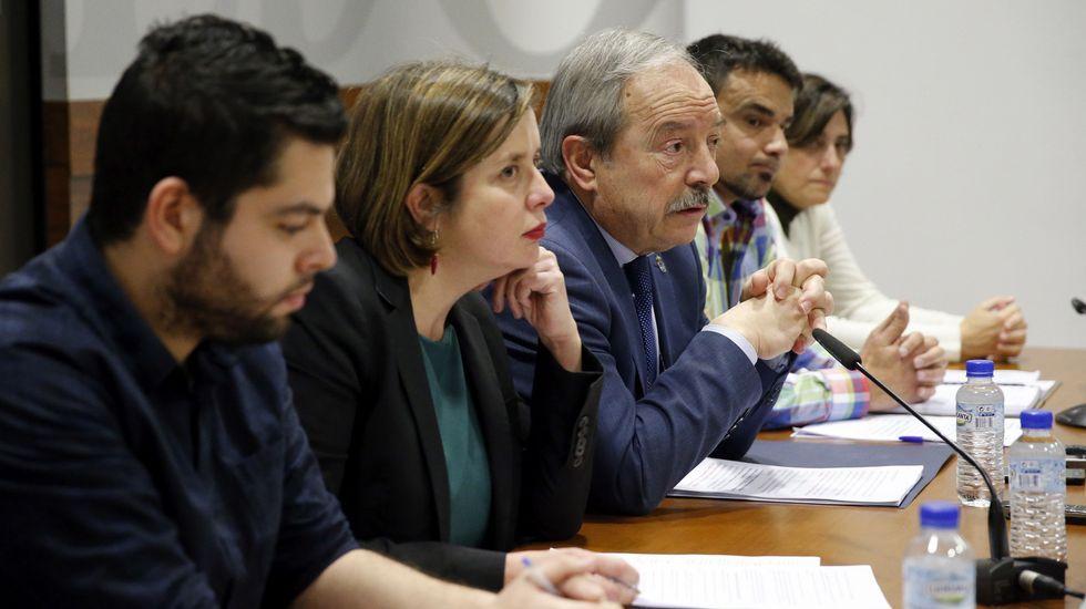 El alcalde de Oviedo, Wenceslao López (3i), y representantes del equipo de gobierno del Ayuntamiento de Oviedo