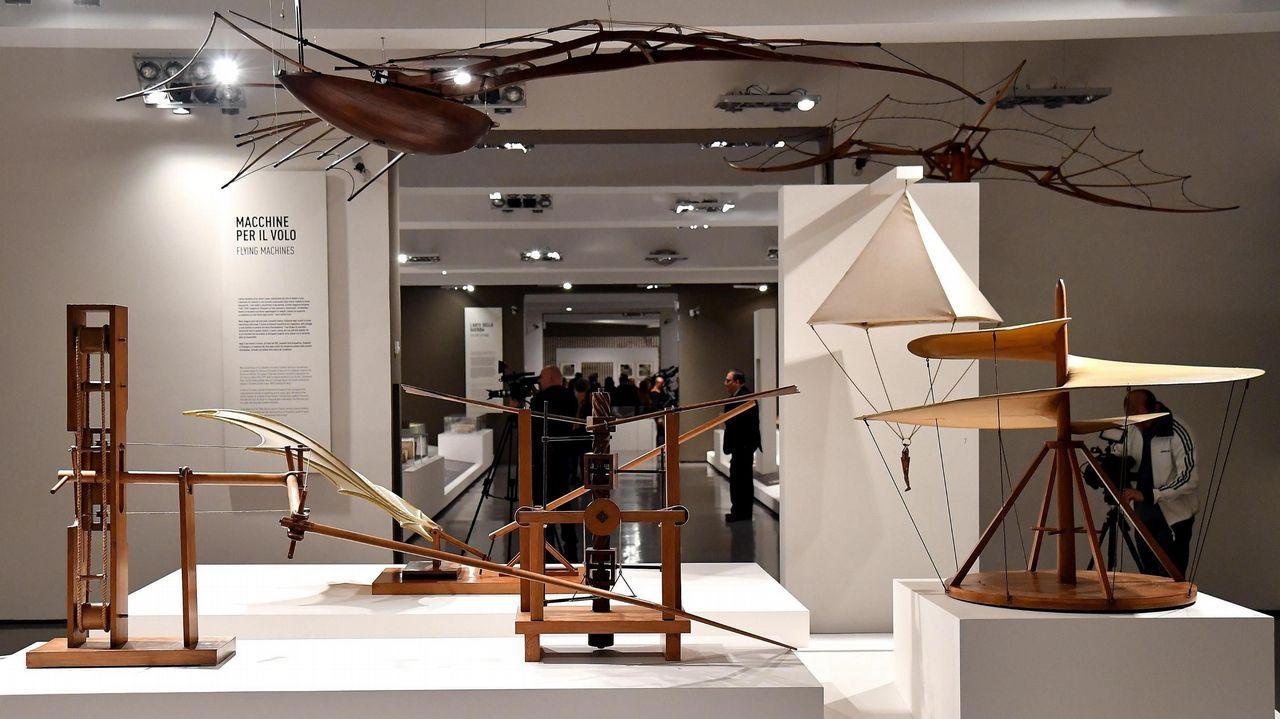 Acto en el campus contra el cambio climático.Maquetas de madera inspiradas en los diseños de Leonardo da Vinci mostradas en la exposición «Leonardo da Vinci. La Scienza prima della scienza» en el museo Scuderie del Quirinale en Roma