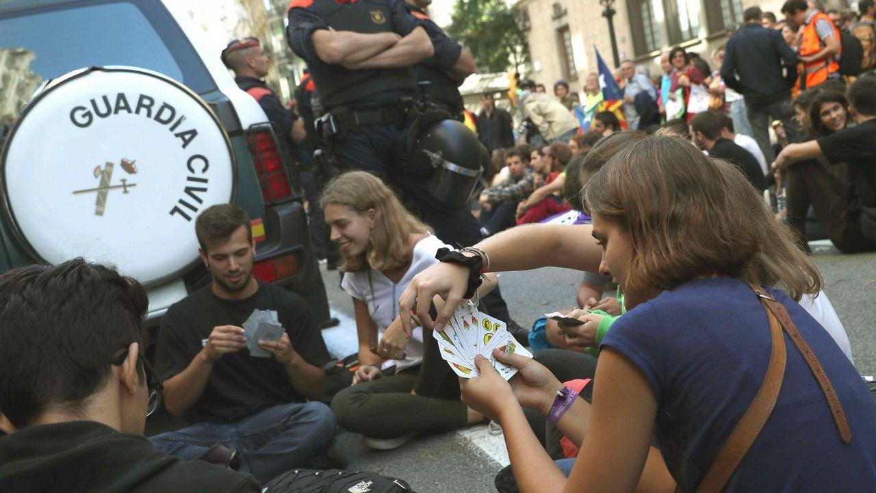 Un grupo de jóvenes, concentrados ante la consellería de Exteriores