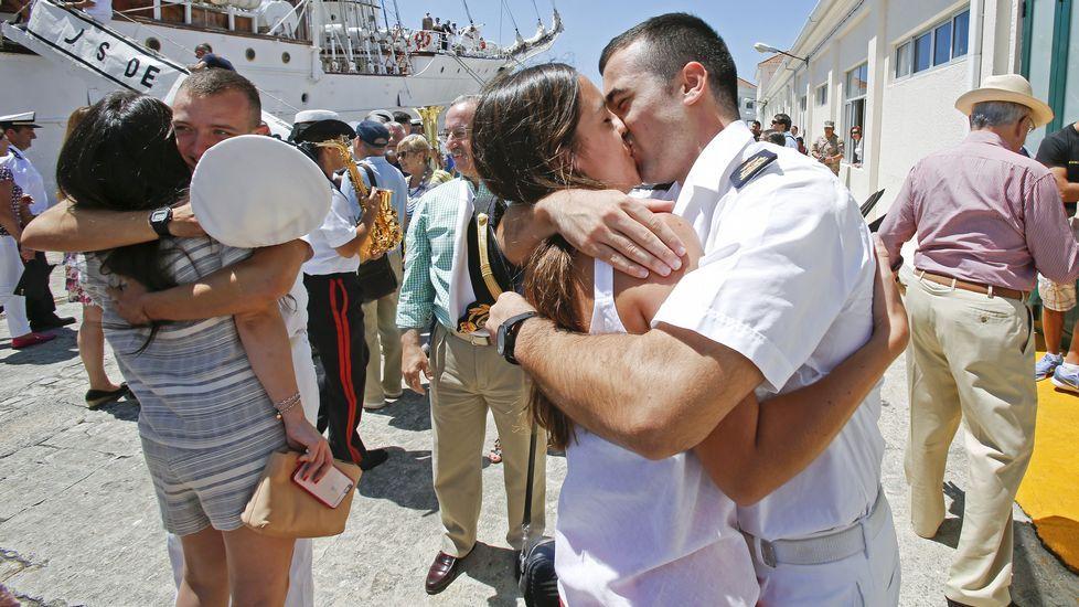 Sonrisas y lágrimas reciben a Elcano.Llegada del buque Juan Sebastián Elcano a la Escuela Naval de Marín.