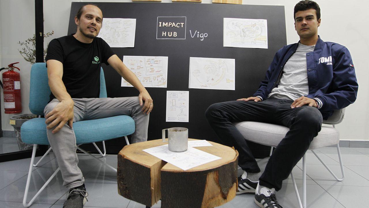Rodrigo Rodríguez, con la demanda contra Ryanair, en los juzgados de Vigo