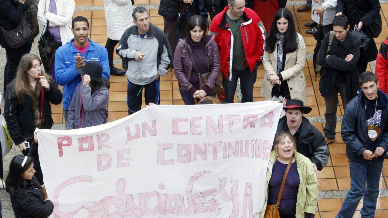 Letizia elige una vez más moda gallega.Los reyes Felipe y Letizia junto al jefe del Ejecutivo asturiano, Javier Fernández (i), al inicio de la ceremonia de entrega de los premios Princesa de Asturias 2017