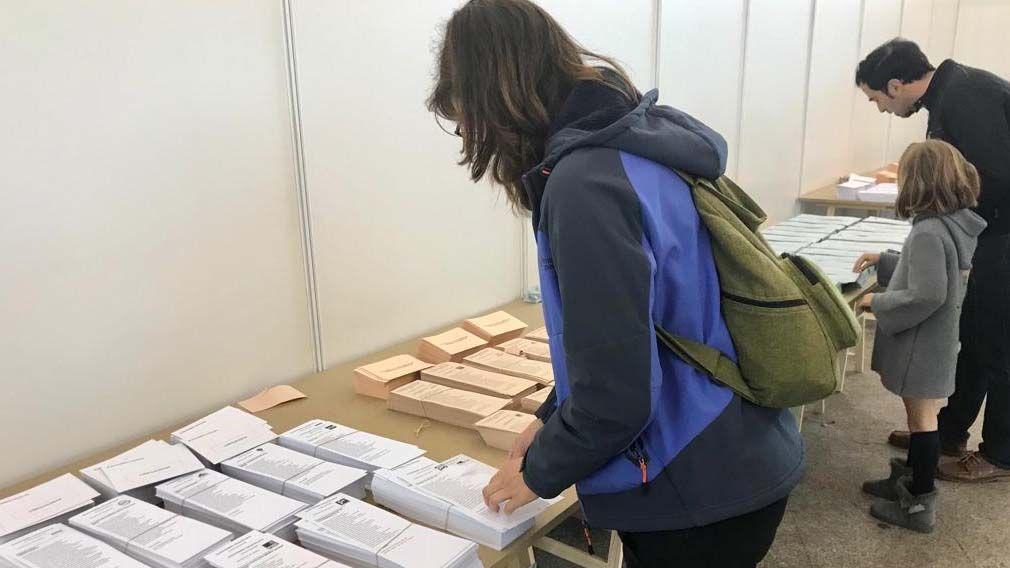 Los candidatos asturianos votan.Un colegio electoral en Pola de Siero