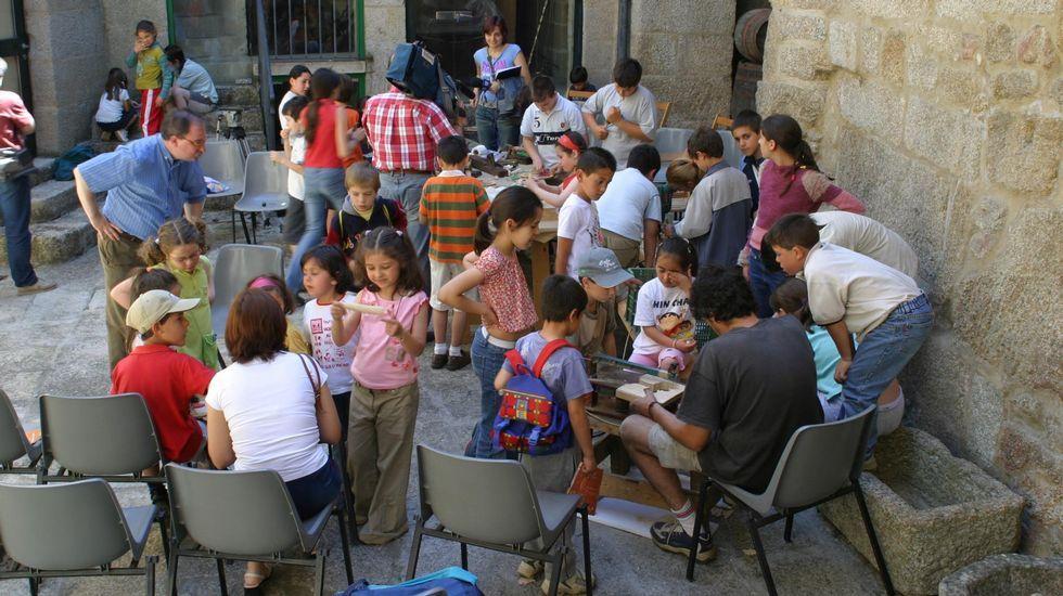 Galicia disfruta del martes de Carnaval.Alumnos del colegio de Quins, en el Museo Etnolóxico de Ribadavia, en 2004