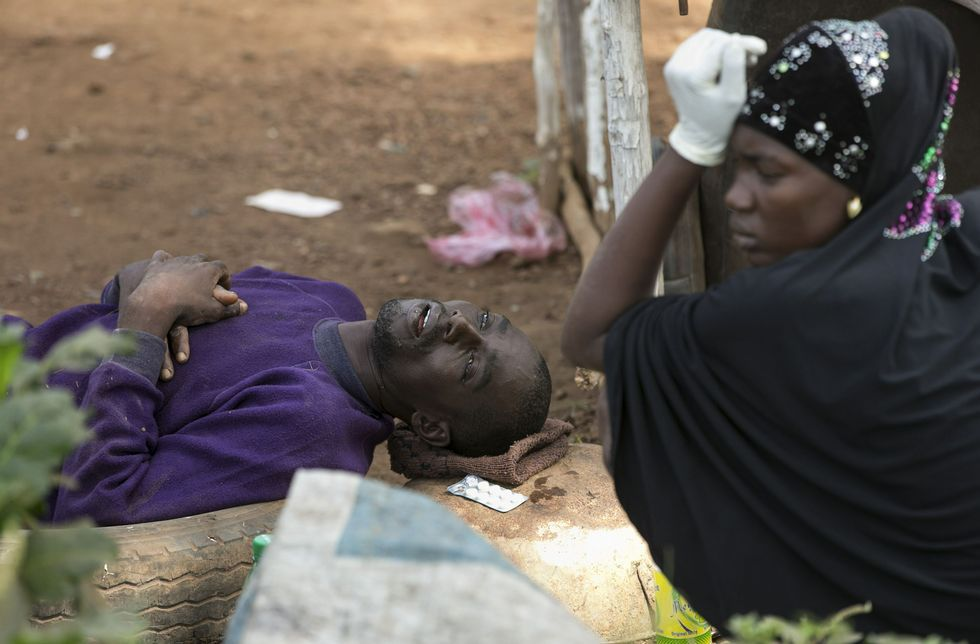 Un posible enfermo de ébola espera transporte para un hospital en Freetown, Sierra Leona.