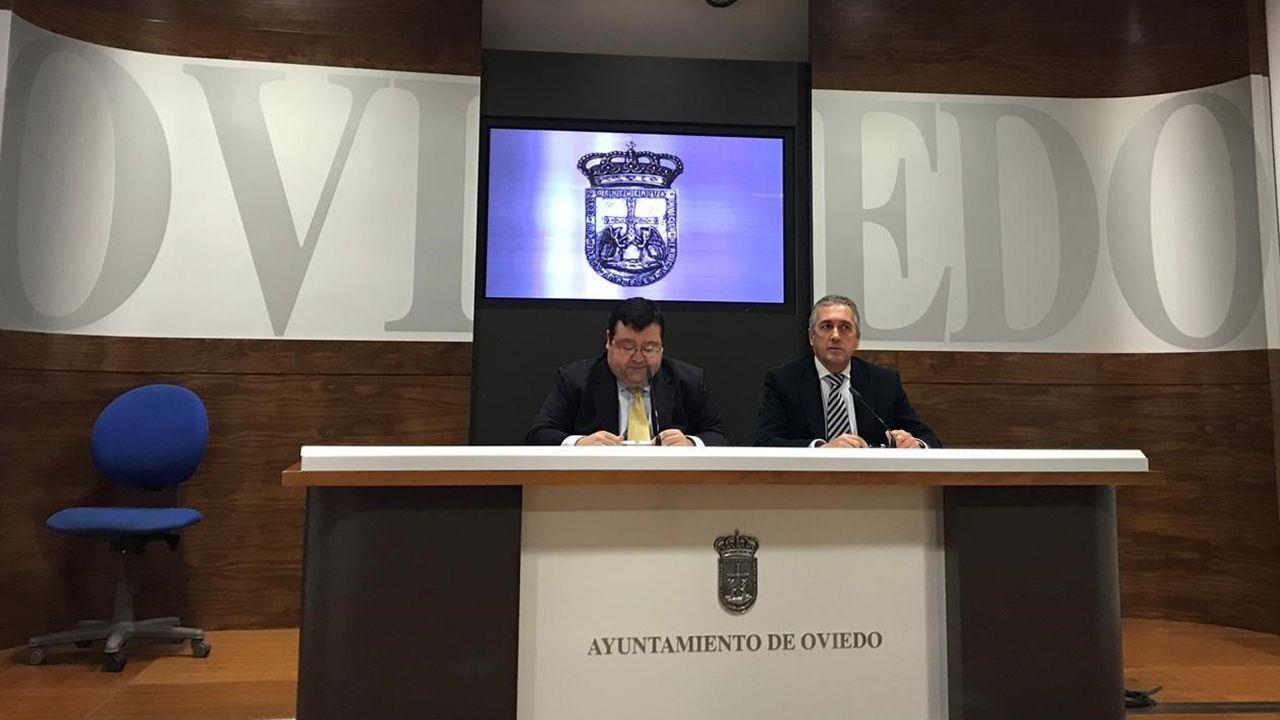 El Congreso vota hoy a favor de iniciar la transferencia de la AP-9 a Galicia.Luis Pacho y Luis Zaragoza en la sala de prensa del ayuntamiento