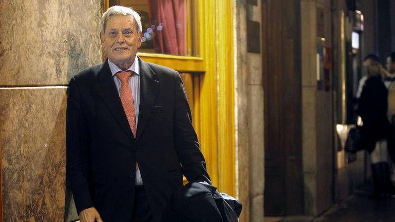 El alcalde, con su abogado José Arcos, antes del juicio.