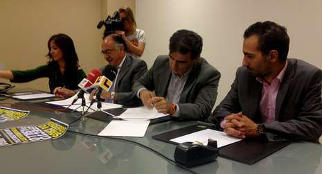 lavoz_portada.Firma del convenio entre la promotora y el gerente del Ifevi.
