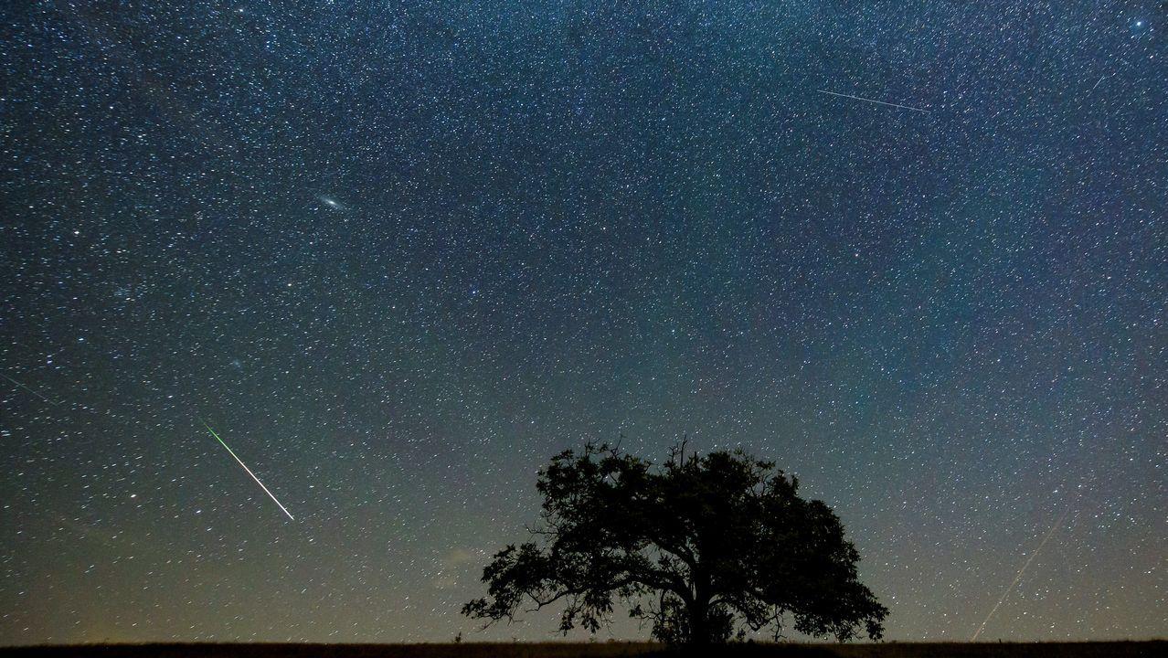 arios meteoritos cruzan el cielo durante la lluvia de perseidas vista desde la localidad de Hajnacka, localidad eslovaca próxima a la frontera húngara, en la madrugada de hoy, 13 de agosto de 2018