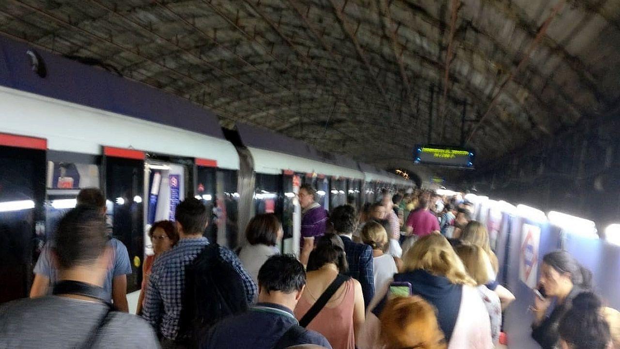 La explosión de un portátil obliga a desalojar el metro de Madrid.