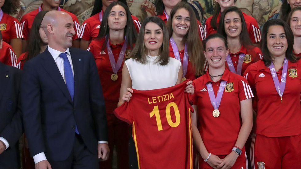 .La Reina Letizia, acompañada del presidente de la Real Federación Española de Fútbol Luis Rubiales, durante la recepción en audiencia a la selección española femenina de fútbol sub-17, tras proclamarse campeona de Europa, esta mañana en el Palacio de la Zarzuela en Madrid