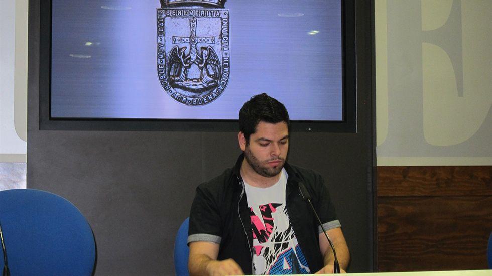 Rubén Rosón se dirige a Agustín Iglesias Caunedo, al término de un pleno de Oviedo.Rubén Rosón
