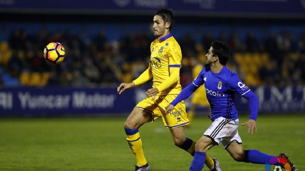 Jonathan Pereira disputa un balón frente al Alcorcón