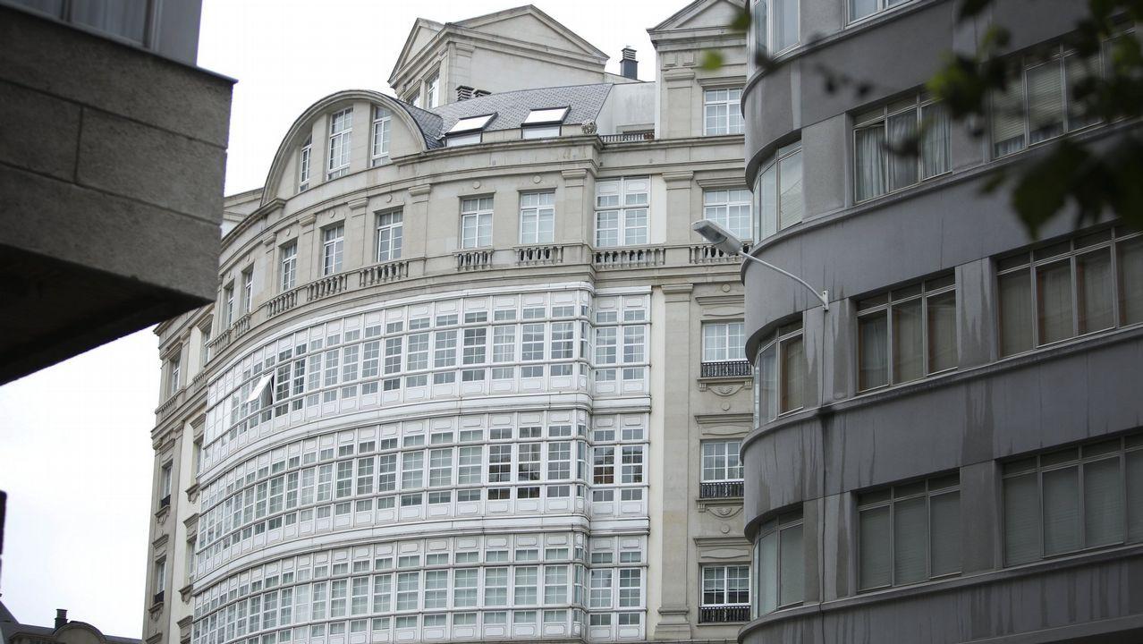 Concentración de afectados por la hipoteca contra un desahucio.Manifestación de los vecinos de La Camocha (Gijón) contra los desahucios