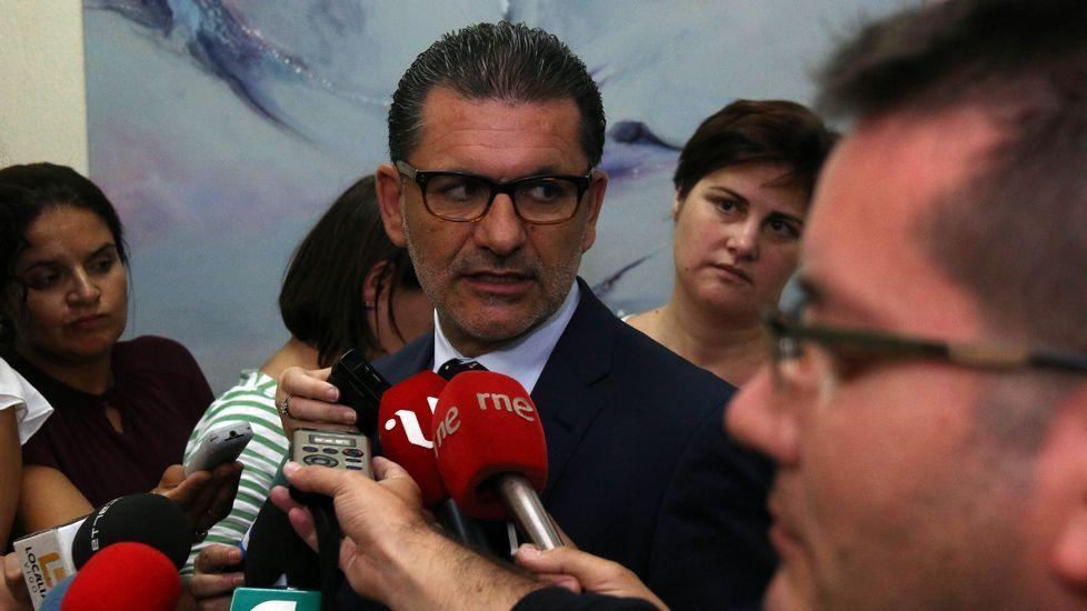 El concejal de Parques y Jardines, Ángel Rivas, ayer respondiendo a los medios.
