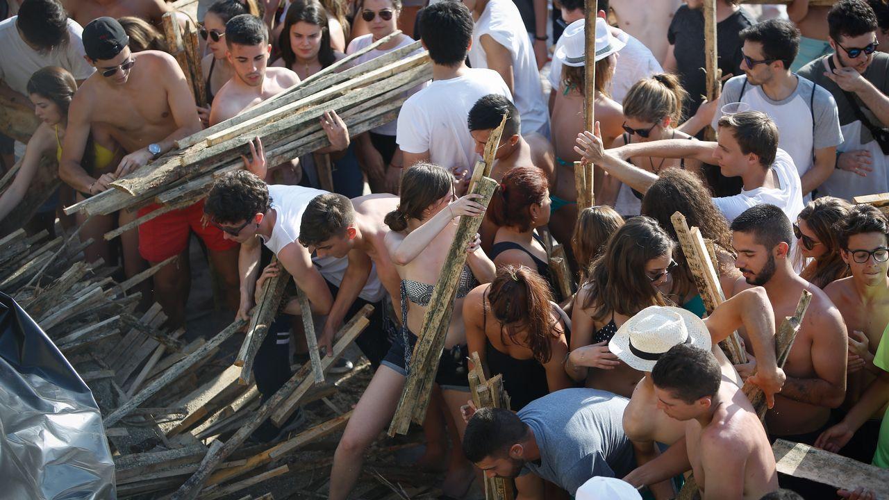 .Reparto de madera en las playas de Riazor y Orzán.