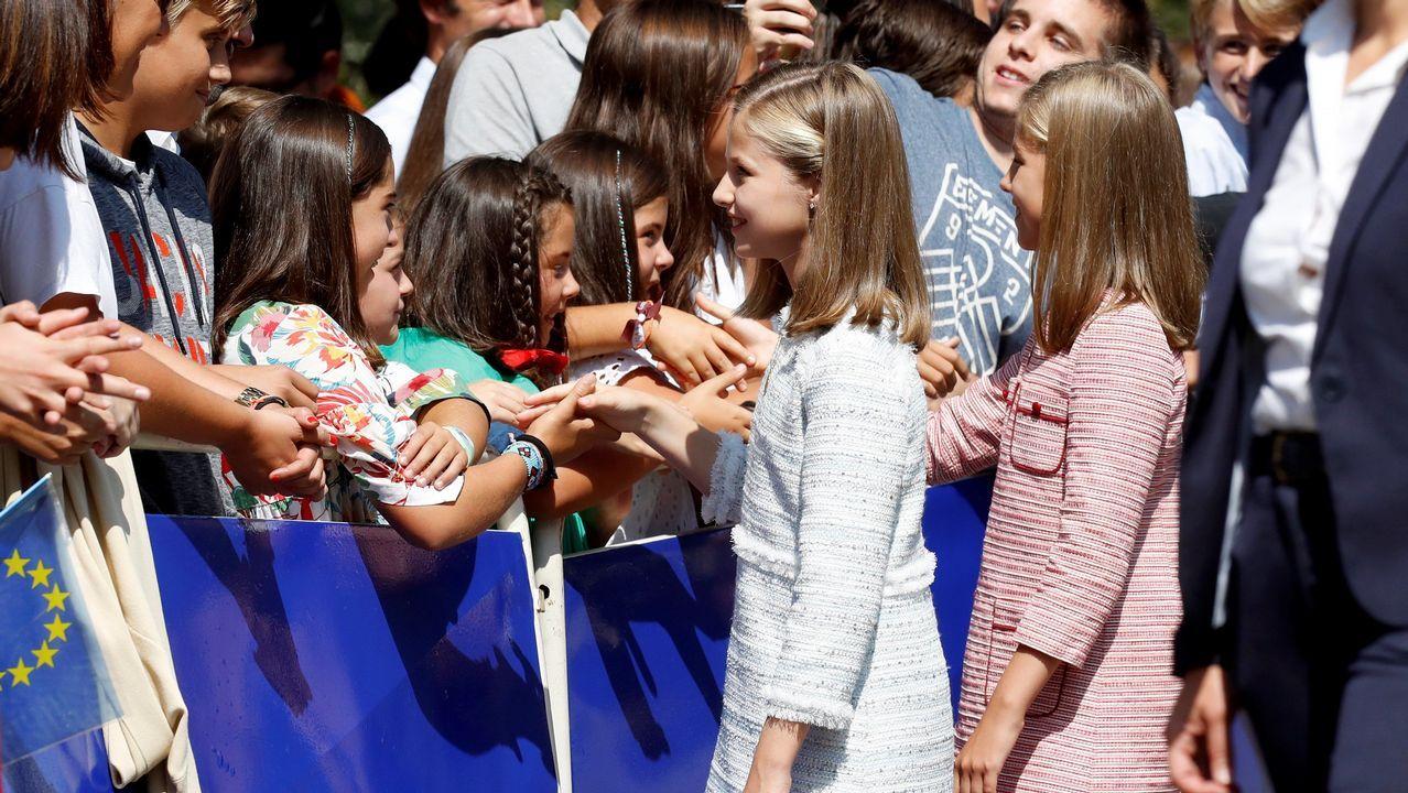 La princesa Leonor y la infanta Sofía, saludan a los asistentes tras realizar una ofrenda floral ante la estatua de Don Pelayo para conmemorar los 13 siglos transcurridos desde la fundación del Reino de Asturias, hoy en el Museo de Covadonga