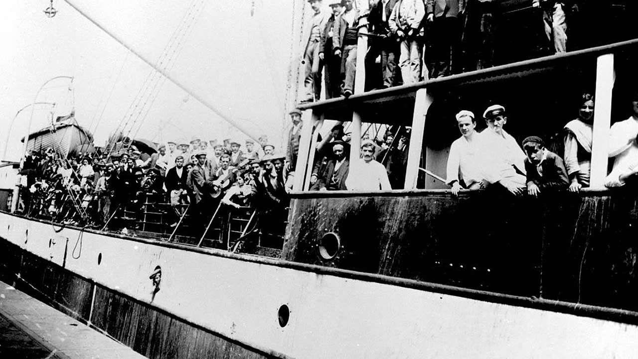 Barco con destino Argentina lleno de emigrantes