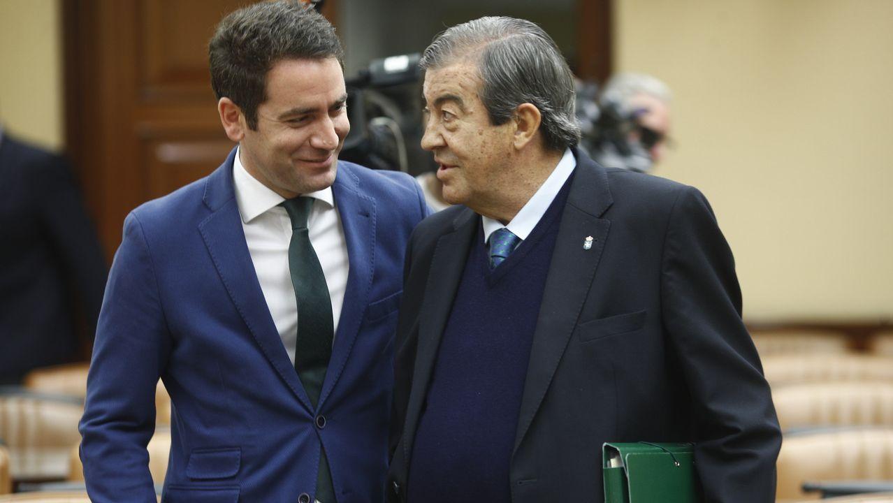 El secretario general del PP, Teodoro García Egea, acompaña a Francisco Álvarez-Cascos, exsecretario general del PP, en su comparecencia en la Comisión de Investigación relativa a la presunta financiación ilegal del PP en el Congreso