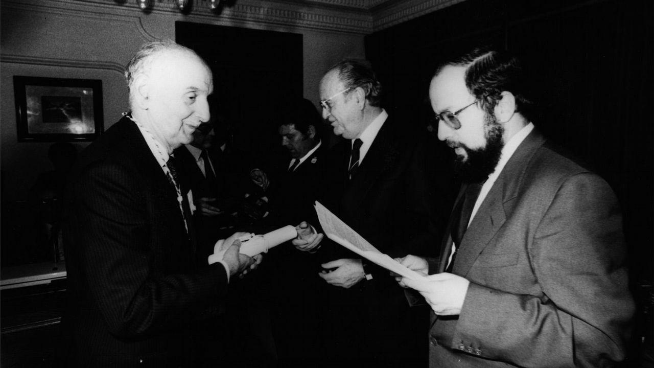 .Fernández Albor y Xosé Luis Barreiro Rivas durante la entrega de la Medalla de la Xunta en 1986 a Vidal Abascal.