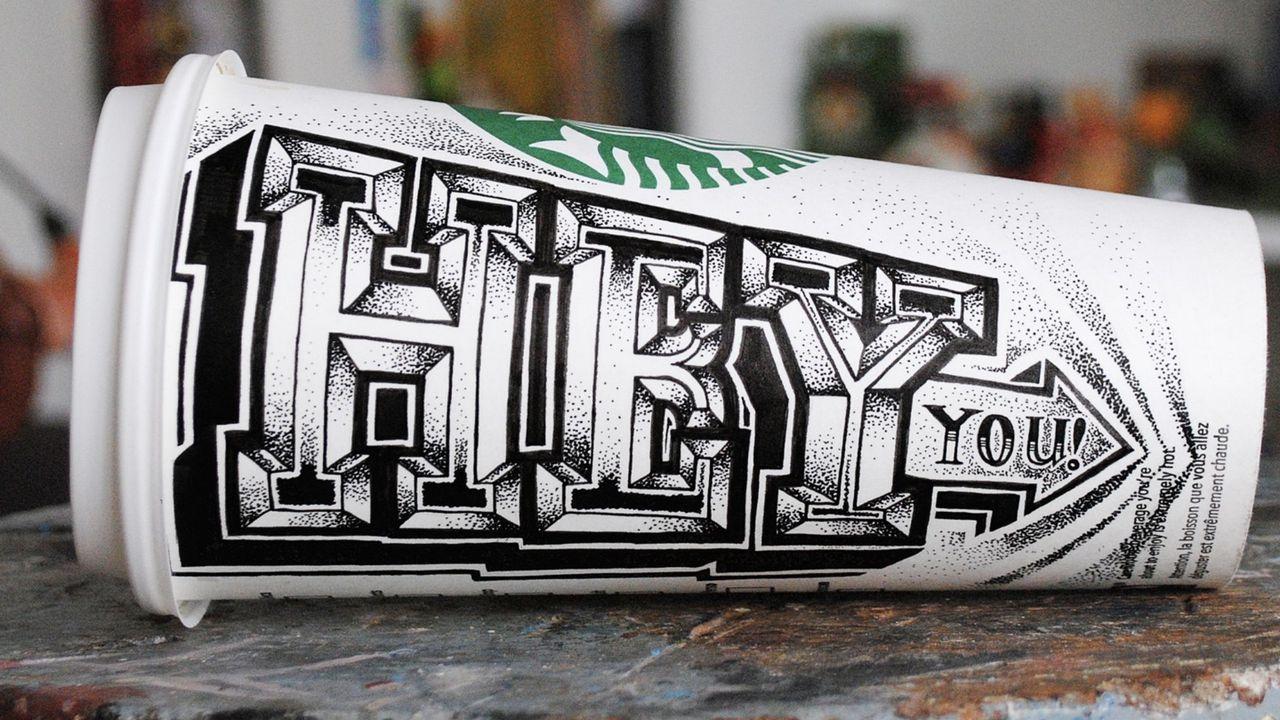 Una de las tazas desechables dibujadas por Draper.