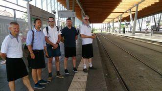 Conductores de autobús de Nantes llevan falda estos ´dias como protesta por no poder llevar pantalón corto.