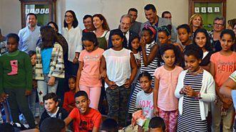 El alcalde de Oviedo, Wenceslao López, recibe en el ayuntamiento a la delegación con los 45 niños saharauis que pasarán el verano en el municipio