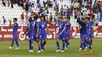 Los jugadores azules saludan a la afición desplazada a Albacete