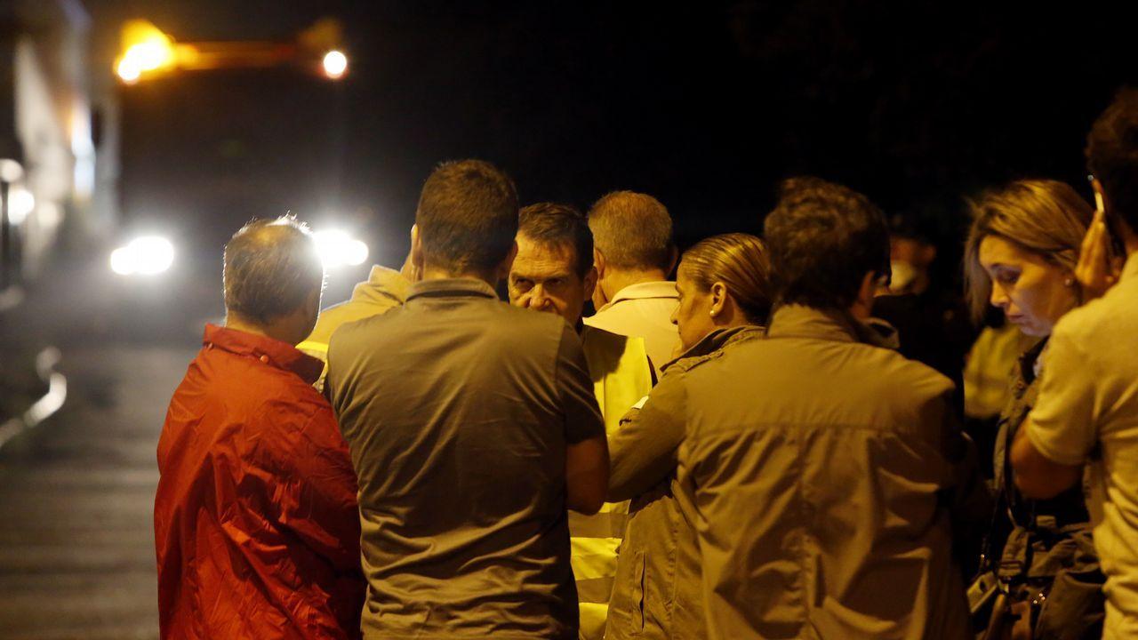 Vecinos de Coruxo esperan una posible evacuación, coordinada por el alcalde Abel Caballero.
