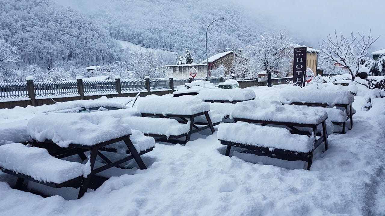 Una visita en imágenes a la Pena de San Mamede.La nieve se acumula en gran medida en Cuevas, Aller