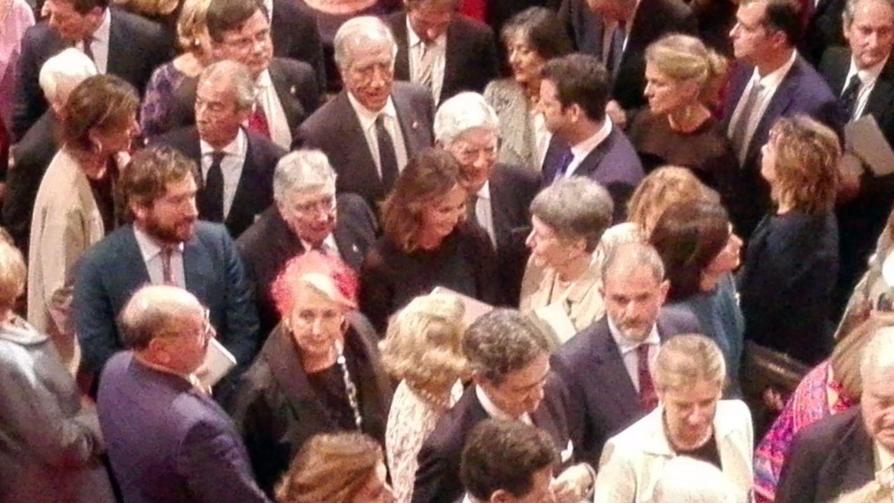 El público saluda a Isabel Preysler y Mario Vargas Llosa, en el centro de la foto