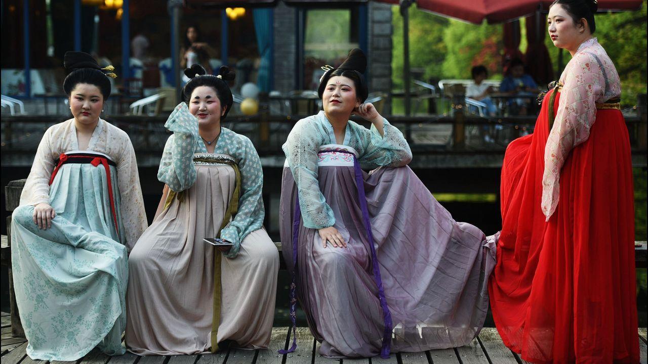 Mujeres vestidas con atuendos de la dinastía Tang, en Hangzhou, en la provincia china de Zhejiang
