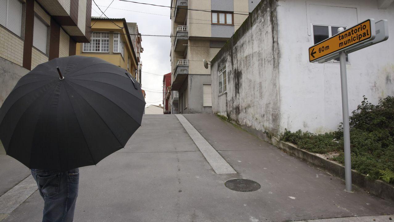 Un vigilante de la cofradía de Corme, ayer, en el entorno de Niñóns.
