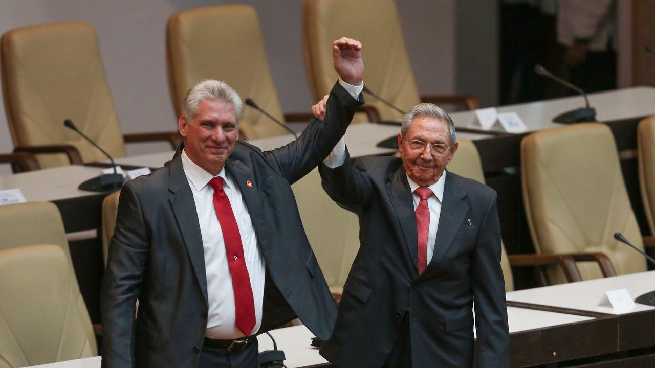 .Díaz-Canel y Castro saludan a los diputados tras el traspaso de poderes