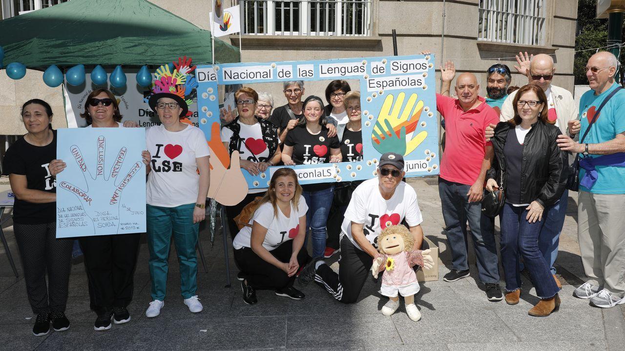 Afectados de iDental se manifiestan ante el ayuntamiento de Gijón el día del pleno de investidura