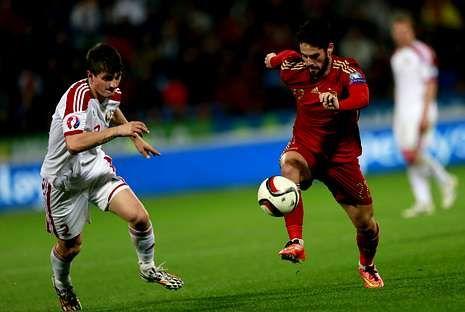 .En la fotografía, Isco realiza un elegante control durante el partido de clasificación contra Bielorrusia.