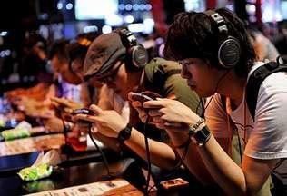 MAGOSTO EN MONTEALEGRE.Varios jóvenes prueban los nuevos videojuegos de la marca Konami durante la novena edición de la mayor feria de videojuegos del mundo, el Tokio Game Show. En el evento abierto ayer en Chiba participar