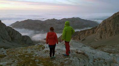Dos montañeros contemplan las vistas desde la vega del Urriellu, en Picos de Europa