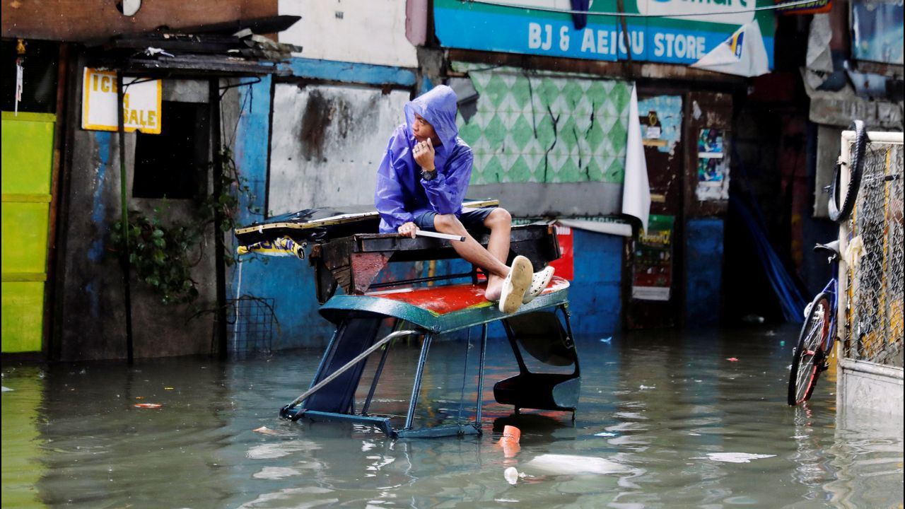 Calle inundada en la ciudad de Manila, Filipinas, tras las lluvias torrenciales del monzón