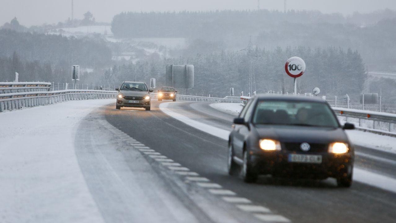 .La nieve dificulta el tráfico en el corredor Lugo-Monforte a la altura de Oural.