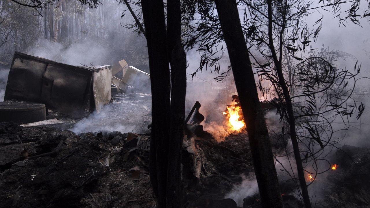 En San Fiz, Bóveda, los bomberos hicieron contrafuegos para evitar la propagacion de las llamas