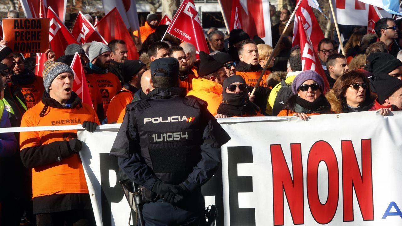 Concentración de los manifestantes por Alcoa frente al Ministerio de Industria