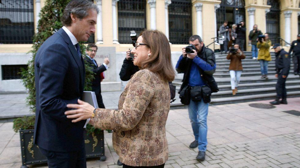 La consejera de Infraestructuras, Belén Fernández, y el ministro de Fomento, Íñigo de la Serna, se saludan ante la expectación de los medios en Oviedo.La consejera de Infraestructuras, Belén Fernández, y el ministro de Fomento, Íñigo de la Serna, se saludan ante la expectación de los medios en Oviedo