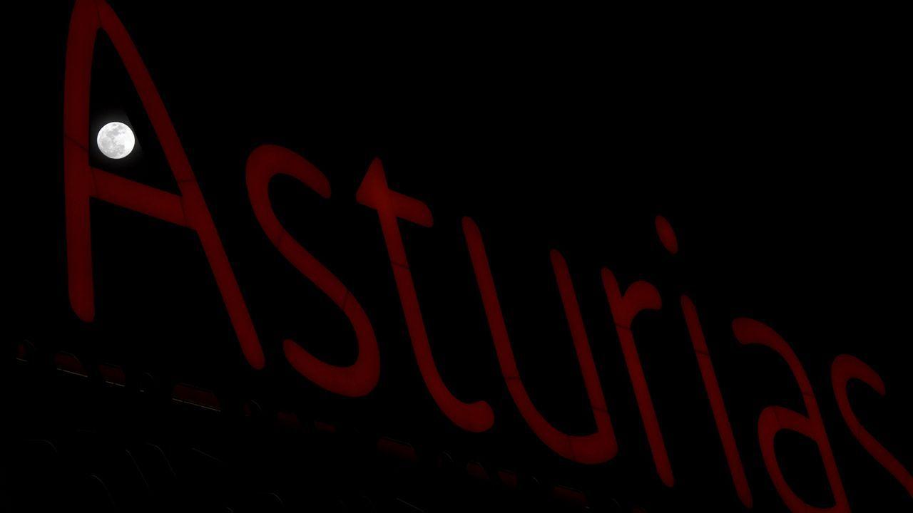 Una superluna se ve através de un letrero luminso con el nombre de Asturias, en Siero.Una superluna se ve através de un letrero luminso con el nombre de Asturias, en Siero