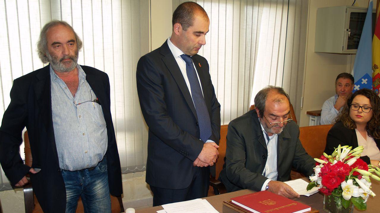 Héctor Corujo, segundo por la izquierda, es el nuevo alcalde de O Incio