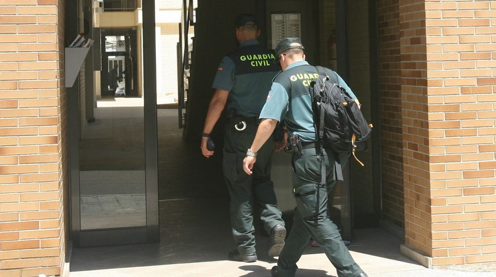 Fotografía de archivo de una pareja de la Guardia Civil entrando a un registro.