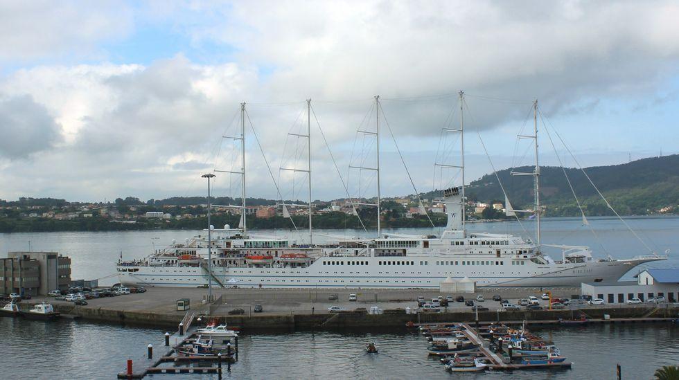 .El crucero  Wind Surf  en los muelles de Ferrol