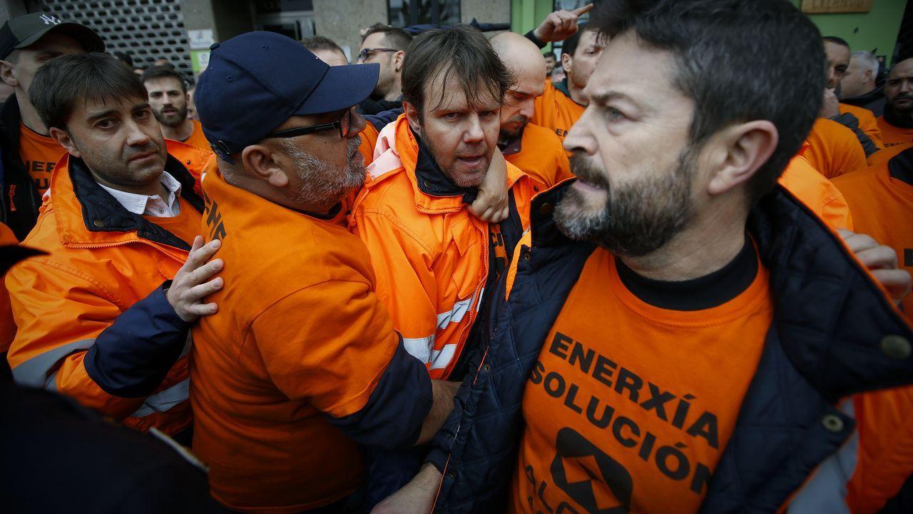 Trabajadores de Alcoa concentrados en la plaza de España de la Avilés, para pedir la intervención del Estado en las fábricas de Alcoa local y de A Coruña