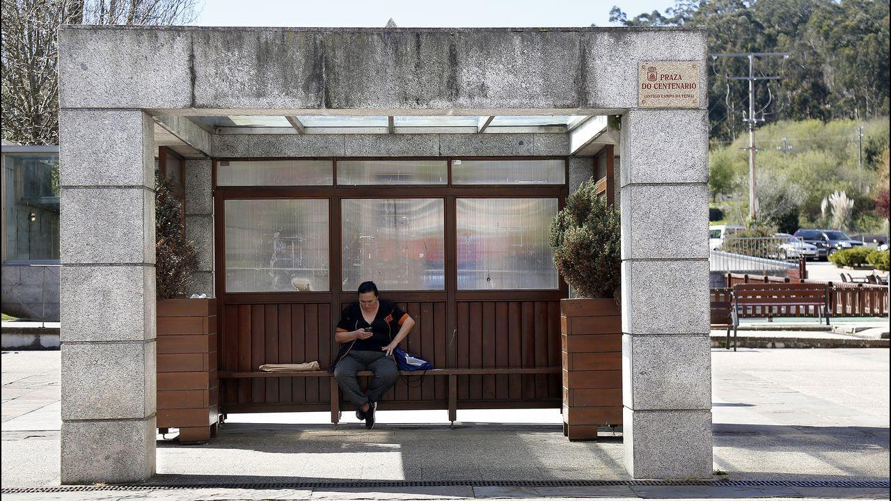 Sofisticada marquesina situada en la Plaza del Centenario en Ribeira combinando bloques de piedra, madera y hasta macetas